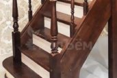 Г-образная лестница на тетивах с забежными ступенями